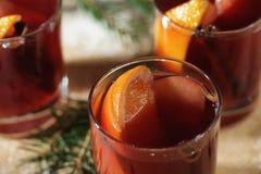 Bebida quente do vinho Vinho morno do Natal Vinho ferventado com especiarias com as laranjas Imagem de Stock