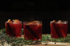 Bebida quente do vinho Vinho morno do Natal Vinho ferventado com especiarias com as laranjas Fotos de Stock Royalty Free