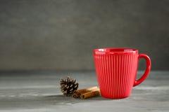 Bebida quente dos feriados de inverno do Natal ou do ano novo em um copo vermelho fotografia de stock
