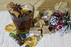 Bebida quente entre as decorações do feriado fotos de stock