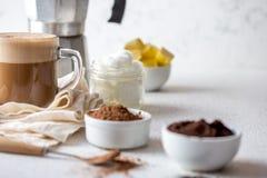 BEBIDA QUETOGÉNICA DE LA DIETA DEL KETO Coffe y cacao mezclados con aceite de coco Taza de coffe a prueba de balas con cacao e in imagenes de archivo