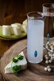 Bebida Raki del turco con el melón y el queso feta foto de archivo