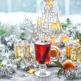 Bebida reflexionada sobre de la comida de la decoración de la ventana de la Navidad del vino Fotografía de archivo libre de regalías