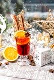 Bebida reflexionada sobre del cóctel del invierno de la decoración de la ventana de la Navidad del vino Imagen de archivo libre de regalías