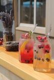 Bebida refrigerada com framboesas e corintos no frasco Foto de Stock Royalty Free