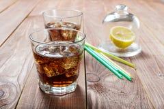 A bebida refrigerando com gelo e limão imagens de stock