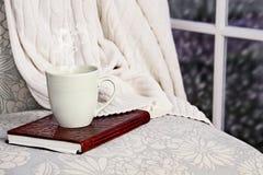 Bebida relajante y libro Foto de archivo libre de regalías