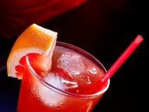 Bebida roja con hielo del pomelo y del cubo Foto de archivo libre de regalías