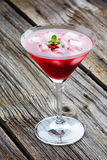 Bebida roja de martini del verano con la menta en de madera Imagen de archivo