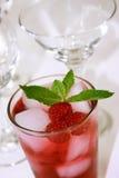 Bebida roja de restauración del coctel Imágenes de archivo libres de regalías