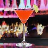 Bebida roja del cóctel de Martini en una barra o un disco Imagen de archivo