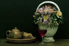Bebida roja en la tabla Imagen de archivo libre de regalías