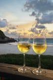 Bebida romántica en la playa foto de archivo