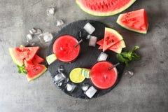 Bebida saboroso da melancia do verão nos vidros servidos imagens de stock