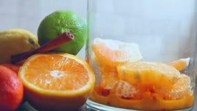 Bebida sana con las bayas y las frutas almacen de video