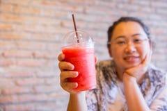 Bebida sana de consumición rechoncha de la fruta del smoothie de la fruta de las mujeres grasas buena para la dieta y el hielo fr imagenes de archivo