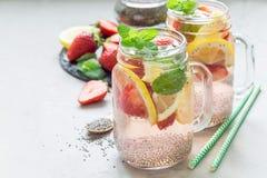 Bebida sana de la semilla del chia del detox con la fresa, el limón y la menta en un tarro de cristal, espacio de la copia Imagen de archivo