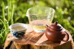 Bebida saudável Chá verde no bule e em uns copos chineses da argila em w Imagens de Stock Royalty Free