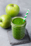 Bebida saudável do batido de Apple e dos espinafres no frasco de vidro no fundo de pedra cinzento Foto de Stock