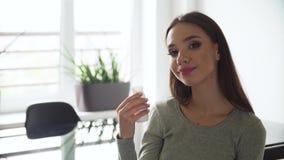 Bebida saudável Mulher bonita que bebe o iogurte natural video estoque
