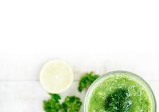 Bebida saudável verde com cal e aipo na tabela de madeira Fotos de Stock