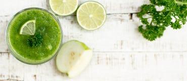 Bebida saudável verde sobre o fundo borrado Imagem de Stock
