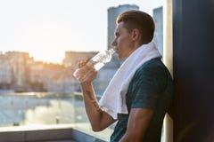 Bebida seria de la prueba del hombre en el balcón Foto de archivo