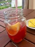 Bebida sin alcohol en tarro con una paja en la naturaleza imagenes de archivo