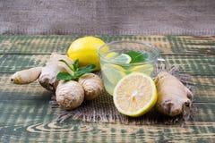 Bebida sobre o suco do gengibre e de limão imagem de stock royalty free