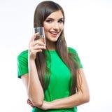 Bebida sonriente del vidrio de agua de la mujer. fotografía de archivo libre de regalías
