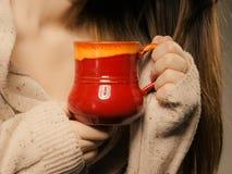 bebida Taza roja de la taza de café caliente del té de la bebida en manos Fotos de archivo libres de regalías