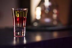 Bebida tirada en el contador de la barra imagenes de archivo