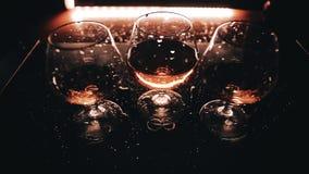 Bebida três bonita em uma luz bonita Fim acima A c?mera est? no movimento filme