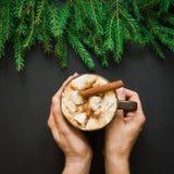 Bebida tradicional de la Navidad Chocolate caliente con las melcochas y el canela Tarjeta del día de fiesta Cierre para arriba Imagenes de archivo