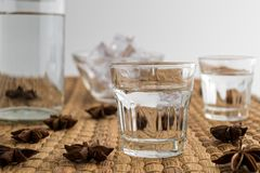Bebida tradicional Ouzo o Raki fotografía de archivo
