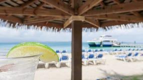 Bebida tropical em uma praia da ilha imagem de stock