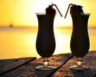 Bebida tropical en la puesta del sol Imagenes de archivo