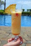 Bebida tropical por la piscina Imágenes de archivo libres de regalías