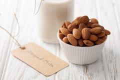Bebida vegetariana del vegano sano orgánico de la nuez de la leche de la almendra Fotos de archivo libres de regalías