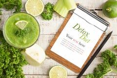 Bebida verde da desintoxicação da dieta com goiaba, cal, zombaria do aipo acima Fotos de Stock