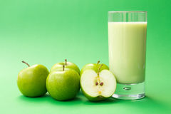 Bebida verde del yogur de la manzana Imágenes de archivo libres de regalías