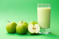 Bebida verde do yogurt da maçã Imagens de Stock Royalty Free
