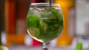 Bebida verde em um vidro filme