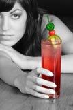Bebida vermelha da mulher fotografia de stock