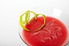 Bebida vermelha do cocktail com close up do gelo Fotografia de Stock Royalty Free