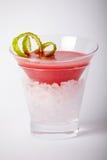 Bebida vermelha do cocktail com close up do gelo Foto de Stock