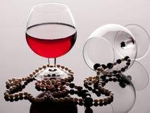 Bebida vermelha do grânulo de vidro de vinho imagens de stock royalty free