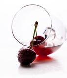 Bebida vermelha e bagas maduras da cereja Imagem de Stock Royalty Free