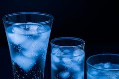 bebida Vidro de água e gelo, fundo escuro foto de stock