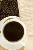 Bebida y periódico del cafeína Fotografía de archivo libre de regalías